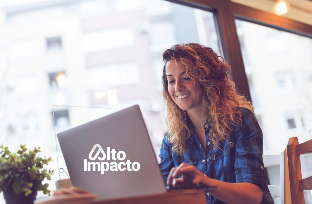 Una joven trabajando en su computadora.