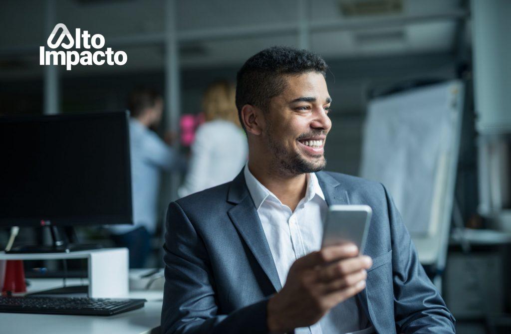 Hombre de negocios con un celular en las manos.